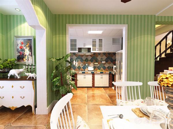 厨房橱柜为红墙砌的白色橱柜,搭配彩色磁砖,既美观,又凸显了,美式田园的装修特点。总之,整个空间通透明亮,十分温馨