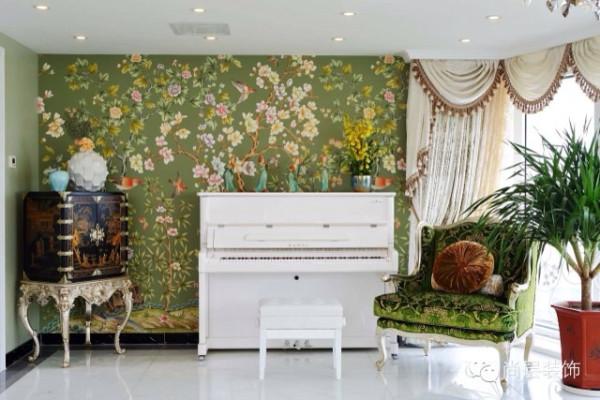 客厅单面是大面积的落地飘窗,适度的绿色元素既可以活跃空间气氛,又能有效地吸收光线,使得居住空间不致因光线过强而刺眼,很好地结合了实用性和观赏性。