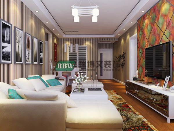 客厅空间整个打回字形吊顶且不留灯槽,加上阶梯状和不锈钢线条的搭配凸现层次感,木地板加壁纸搭配凸现生活品质和温馨效果