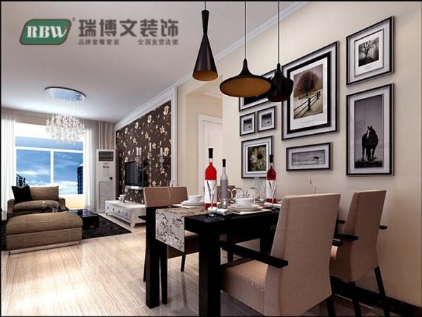 工业黑漆吊灯,是那么的有个性,也凸显了业主要求的低调主题。也用了现代比较流行的木纹文理的瓷砖进行底色搭配,餐厅背景的整体照片墙也是很凸显整理格调的元素