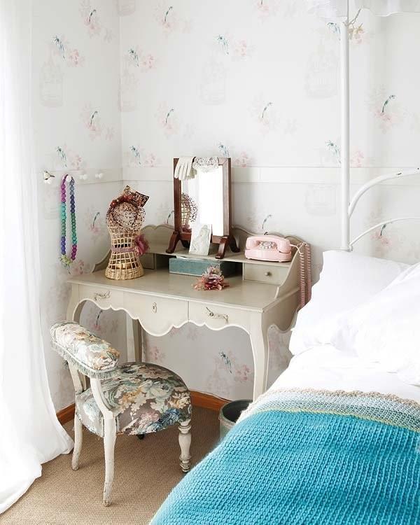 """相对于床头柜床的另一边,梳妆台在卧室里创建了一个精致的小角落,""""当窗理云鬓,对镜贴花黄"""",小清新家居,小资女必备。"""