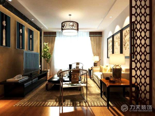 将现代的装修材料和传统的中式元素有机的结合起来创造出怀旧氛围,客厅采用复合木地板,沙发采用米白色沙发,搭配亮黄色靠枕,温馨氛围十足,两侧放置金属圈椅