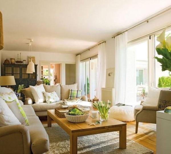 客厅临窗设计,两扇大型落地窗保证客厅拥有充足的采光,黄色和白色的暖色调搭配柔软舒适的沙发,凸显出温馨的居家氛围。绿色植物在阳光下茁壮成长,让室内生机勃勃。