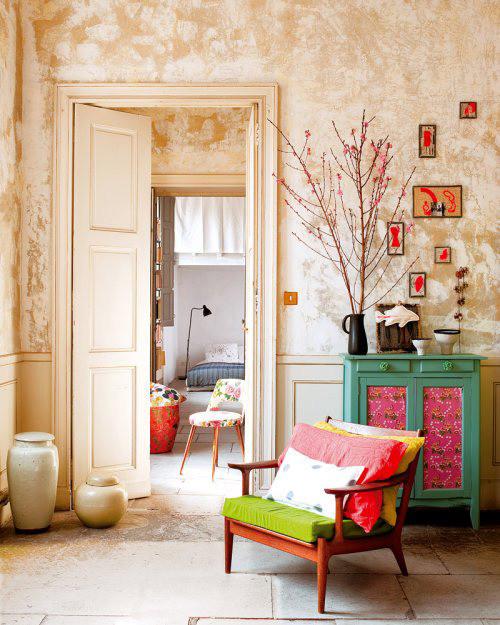 从客厅这个特定角度,白色干净的卧室与老壁纸效果形成强烈反差,拉开门,就走进了另一个世界。梦境或现实,虚实结合,真真假假,真亦假来假亦真