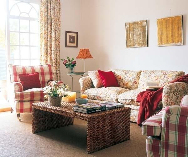 """碎花的布艺沙发,将花团锦簇的田园美感融入到空间中;红色格子图案的沙发,赋予经典韵味。色彩缤纷的鲜花和自然优雅的家具,组成了这个温馨而质朴的""""乡村""""客厅"""