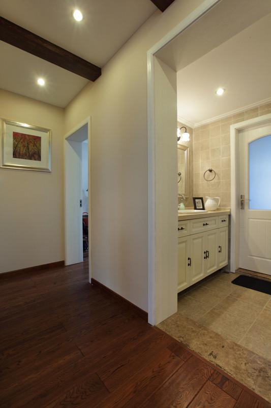 卫生间采取的干湿分区的手法,生活便利性考虑,墙面选用同厨房一样材质的仿古砖整体协调性更好些。书房选择成品工艺书桌,搭配仿古灯营造出一份宁静安逸的书房环境。