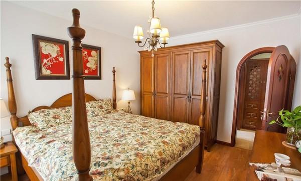 主卧的大床用的是美式田园风格的四柱床,拱形的木门很是可爱。