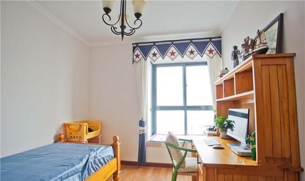 儿童房,定制的实木床和书桌,稳重大气,美观实用。