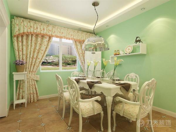 客餐厅地面采用仿古地砖,墙面大面积刷浅绿色乳胶漆即不显过度奢华,又不乏低调时尚。客厅区域和餐厅区域采用回字形吊顶加以灯带,给人一种温馨舒适的感觉。