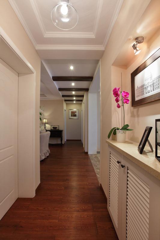 入户玄关位置是原有墙体拆除预留出来,作为简易鞋柜及玄关的作用。