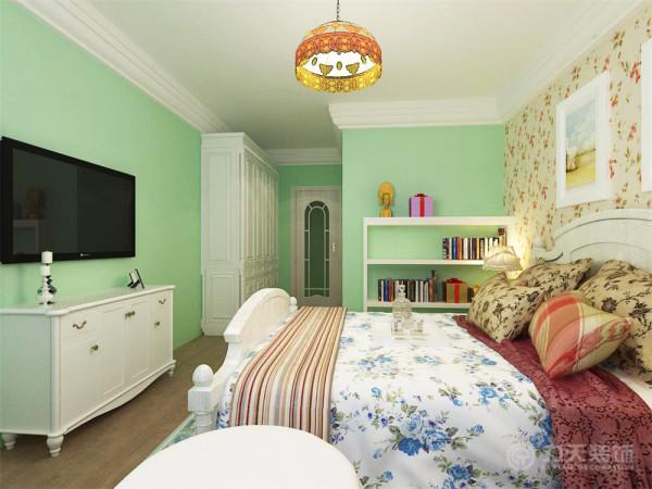 主卧室地面采用深色系木地板,减少光的反射,给人一种干净舒适的感觉。墙面同客厅一样,刷浅绿色乳胶漆,同时配以艳丽的时尚照片及墙纸,整体打造了一个让人舒适的自然田园风的休息空间