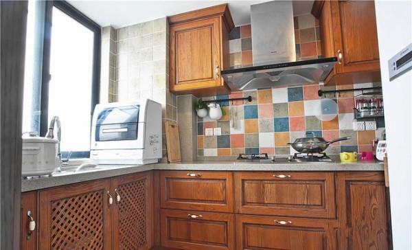 厨房的橱柜告别了以往的白色,选用了做旧木质的橱柜门板,整体沉稳大气。