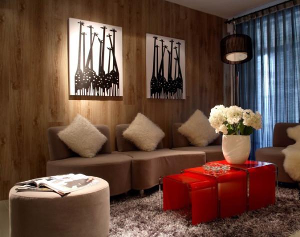 客厅有着木质建材带来的亲和力,在这里看电影看书,都会是一段惬意时光。