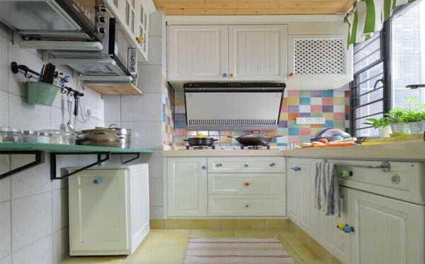 厨柜的独特造型美感能刺激人的食欲,使人心情愉悦,使枯燥的厨房操作过程变得生动有趣。