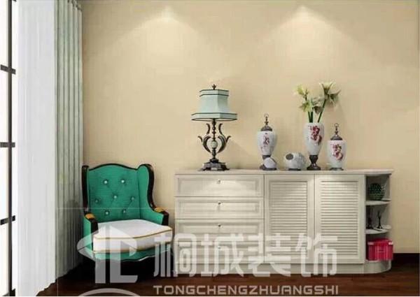 卧室里空间多多的话,可以放一款简单的矮柜,再搭上一把椅子,就可以舒舒服服地在这里看报纸了。