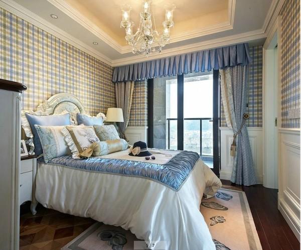 设计理念:女儿房采用白色简洁的家具代替厚重的装饰,既保留了欧式的典雅豪华,又更适应女孩的生活需求。