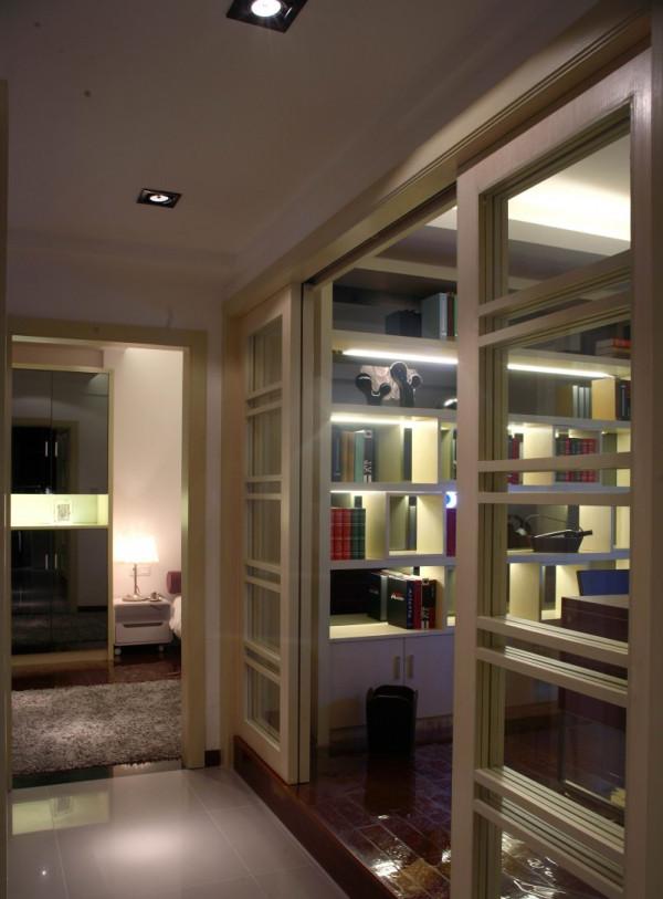书房设计,众多的收纳柜是一格亮点