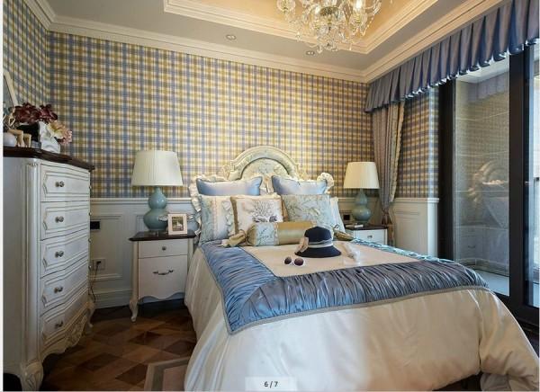 亮点:蓝色的格子墙纸、丝绸刺绣图案的床上用品、浪漫的窗帘把卧室装扮成浪漫的公主房。