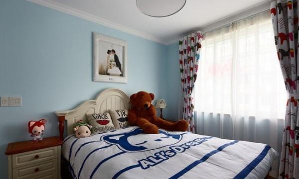 儿童房,蓝色的墙面,动物图案的窗帘和阿狸的主题床饰还有爸爸妈妈爱的记录,孩子的世界变得更加美好。