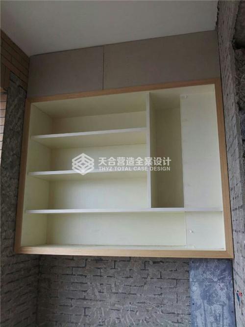 工人现场打制木质吊柜,工艺细致,板材质量有保证,实用私家定制!
