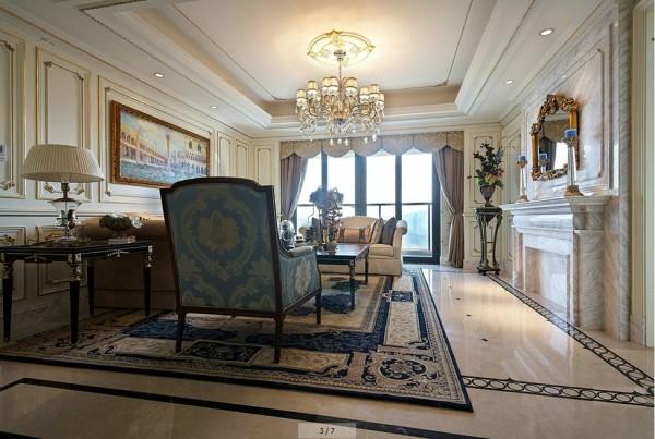 亮点:华丽的沙发、精美的地毯、多姿曲线的家具和厚重的大理石壁炉让室内显示出豪华、富丽的特点,充满强烈的奢华效果。