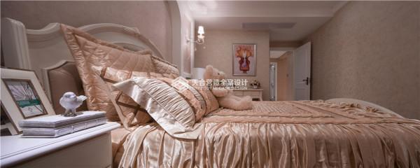 卧室色彩选择暖色系,墙上的挂画也仿佛在讲解一段童话故事,布娃娃安心的躺在柔软的港湾,对面的电视里可能放着她喜欢片子。