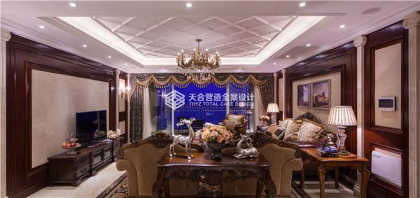 客厅的美式风更加的浓郁,不管是家具、电视背景墙、软装配饰等都有各自的韵味,却又搭配得浑然天成。
