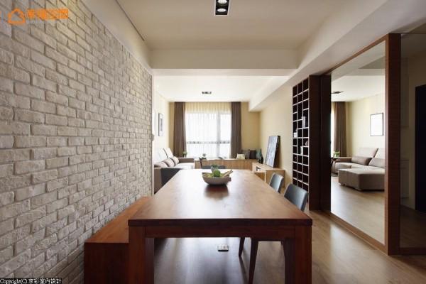 尺度宽敞的长桌安排,让餐厅作为SOHO工作室来使用也相当合适。而以实木桌面与文化石来营造北欧风味的居家氛围。