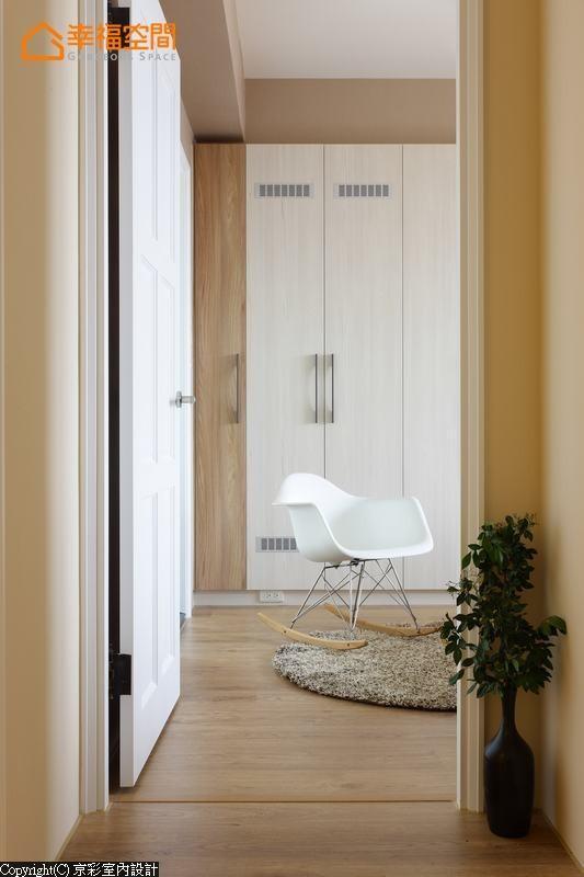 沿墙归纳的机能整合,创造出简洁清爽的生活步调。