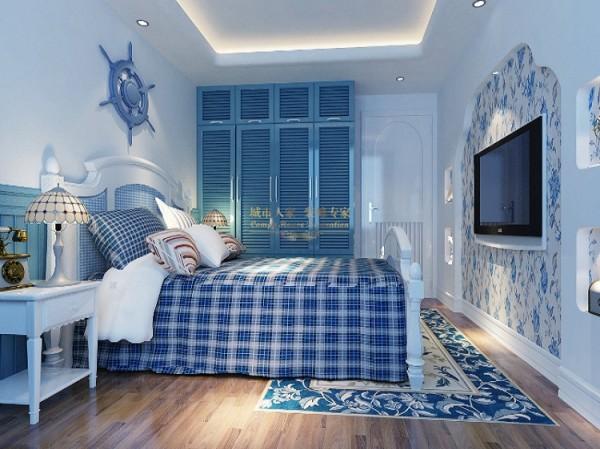 蓝花纹的地毯、蓝格纹的床单与客厅内的图案成一体,弧线型的装饰墙用花纹壁纸装饰,充满柔美温馨感,白色的墙面,蓝色的衣柜,台灯与床头柜,构造了一个充满公主范的女儿房。