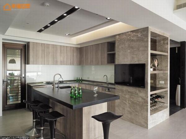 厨房中以仿板岩纹理台面加上木纹质感厨具,实现屋主梦想中的餐厨空间。