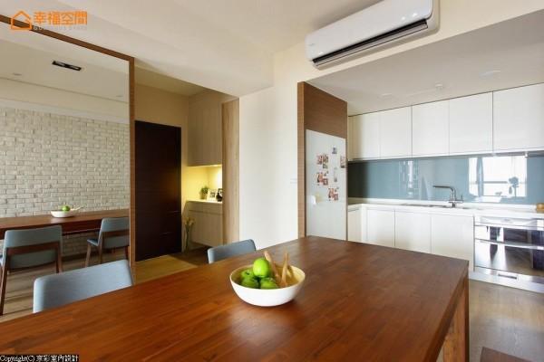 一改原先封闭的厨房格局,改以开放弹性的场域视野。左侧规划了白色烤漆玻璃嵌入贴附,让心情点滴与待办事项能够顺手书写。