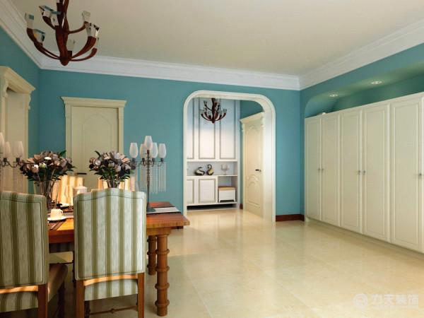 客厅门口为马蹄形造型。墙面运用木饰面纹理去装饰,使人在在空间得到精神和身体的放松,并紧跟着时尚的步伐。