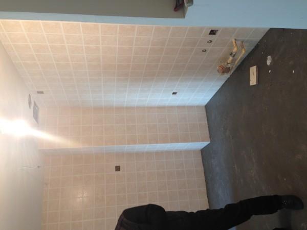 卫生间墙地砖铺贴,阴阳角都是直线,墙面擦的号干净哦