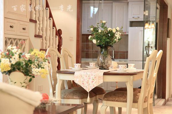 餐厅的格调清新而简约,透明的玻璃花瓶、绿色的植物、白色餐椅和小碎花桌布,都从骨子里流露出清新的质感,让人有种说不出的闲适与随意。