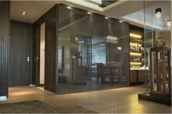 新建的隔断墙体,用烤漆玻璃装饰,将部分墙体改建,有效地扩充了空间面积,使客人能够享受到大空间的畅快淋漓。