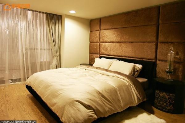 晕黄的灯光及高贵柔软的丝绒绷布床头,营造安定舒适的睡眠品质。