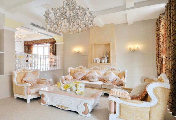 典型的北欧风格,墙,顶,地都是采用了简单的线条,色块进行处理,搭配暖色系的沙发,仿佛让人看到了北欧冰雪世界中的点点星火,洋溢着温暖幸福的感觉;