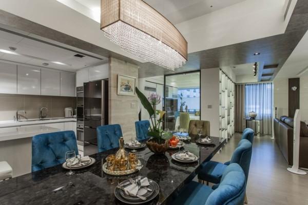 半开放式的厨房,抛光的柜面与大理石的台面在灯光的照射下更显质感。