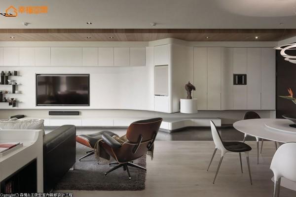 顺着蜿蜒的柜体线条向后接续电视墙面,在齐整的立面线条内整合全室收纳机能。