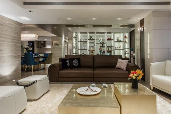 精心设计的灯光为浅灰色的整体空间增光添色,沙发墙化身为展示柜,彰显着主人的品味。