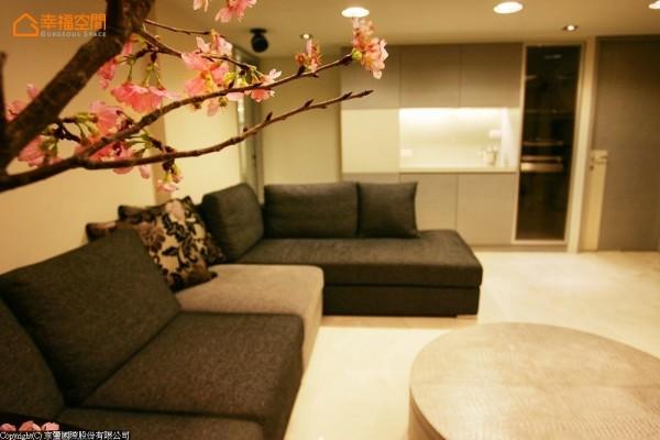 女主人的起居空间,拥有超大的沙发与红酒收藏柜,方便与好友聚会。