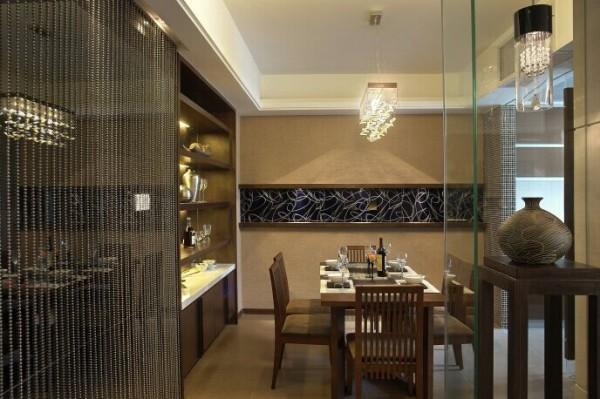 在划分餐厅区域的时候,有效地进行了空间的利用,同时把平面的功能分区,改成了立体的功能分区,直观的体现不同空间的独立功能。