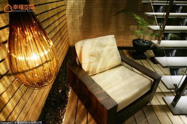 木质环绕的梯下空间,摆上一张舒适的座椅即成渡假景致。