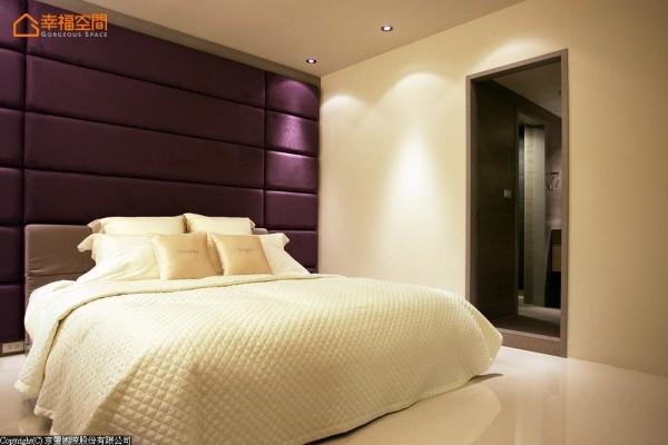 高贵奢华的主卧空间,透过时尚的色调与利落的空间线条呈现。