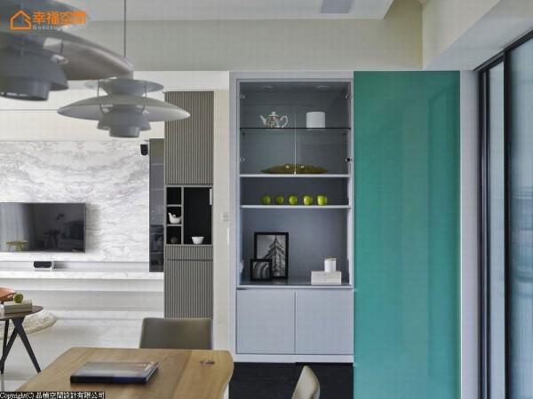 犹如景深变化的层次收纳柜体,是主卧房动在线的美好风景。而为了有效阻挡厨房油烟又不失采光明亮 ,设计师精挑了小长虹玻璃为门面,展现着湖水绿的清新色彩。