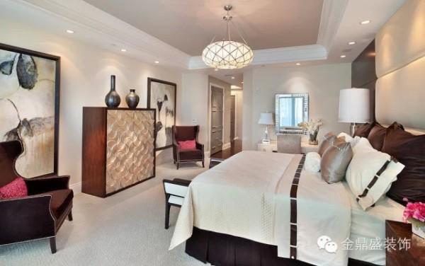 米色木色作为空间主体的色调,很有视觉张力,甚是美观清雅。清脆简洁的吊灯展示,搭配鱼鳞状的贮物柜外观设计,时尚感充盈。