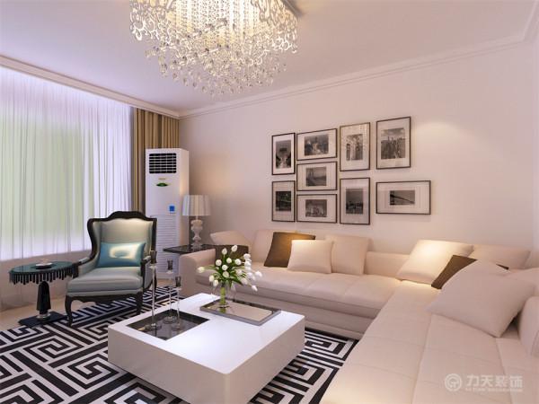 通过沙发背景墙等装饰,使整个家庭色调精彩。沙发墙运用挂画装饰的表现形式,更加彰显业主的品味与内涵。