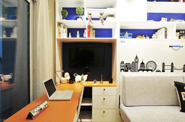 平时不看电视的时候可以把电视收进去!小巧的电脑桌,一台电脑,对于工作一族,已绰绰有余!