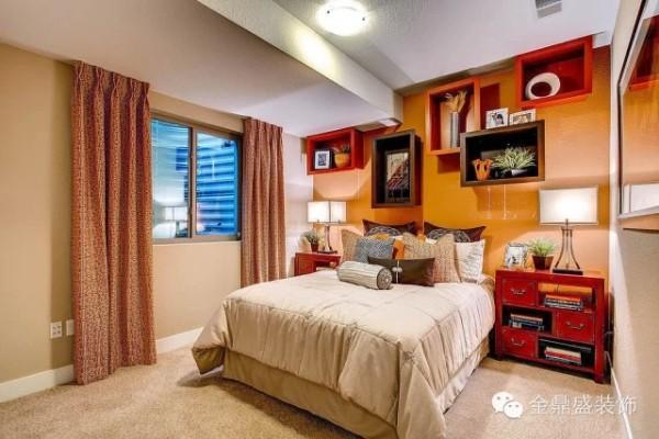 米色的床品及墙壁配以黄色的墙,搭配地很赞。床头墙壁上各种储物格给人一种热闹的喧嚣感,有时候适当的热闹会充斥寂寥,给人温馨。